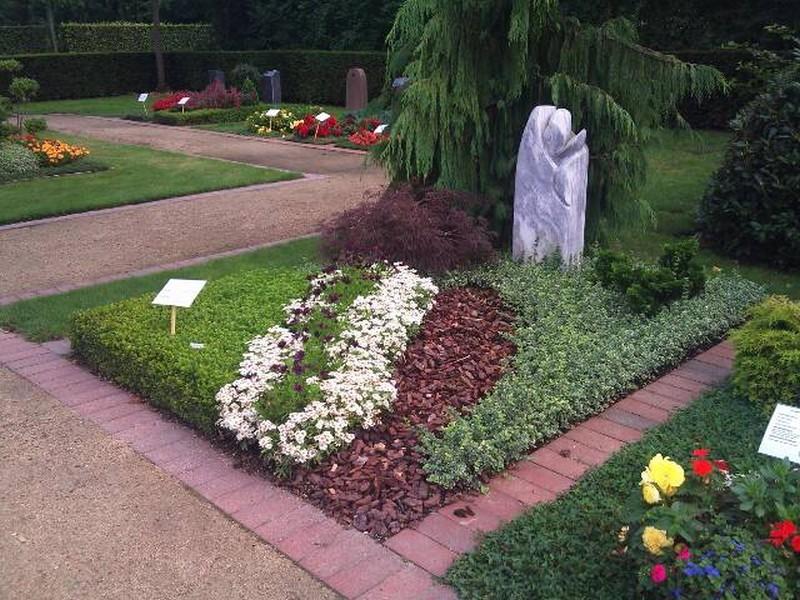 Какие цветы сажать на могилу и когда лучше весной или осенью 26